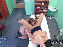 Доктор трахает медсестру, а потом та развлекается с пациенткой