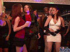 Пьяные девушки раздеваются на вечеринке и вступают в половые связи