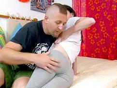 Мужчина снял лосины и трахает сексапильную подружку не жалея сил