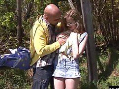 Молоденькая чика занимается сексом в лесу с похотливым мужиком
