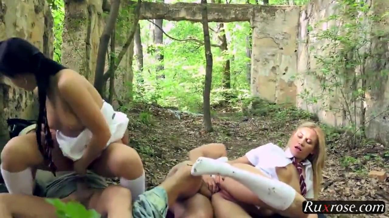 Блондинка жестко трахается на кровати (2011) CamRip