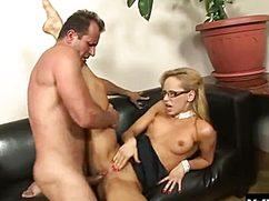 Отлично исполняет секретарша секс на столе и диване