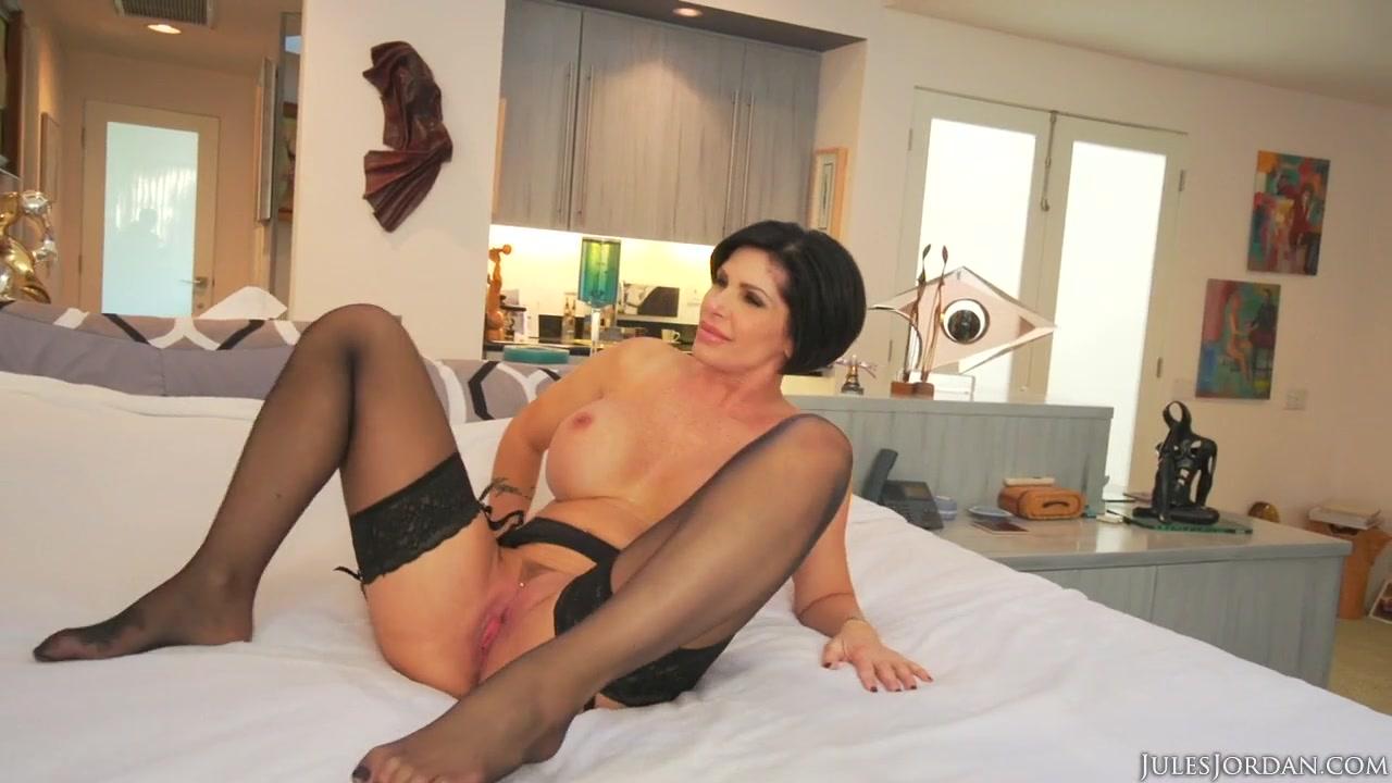 Страстный секс зрелой красотки, между ног у девок видны трусы