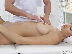 Коварный специалист возбудил на массаже благодарную клиентку