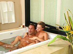 В роскошной ванной комнате помыла член цветному парню
