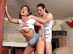 Молодые парень с девушкой трахаются на камеру