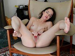 Телка безумно кайфует от мастурбации в кресле