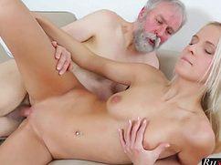 Седой бородатый дедуган ебет сочную пизду блондинки