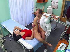 Раскрепощенная брюнетка перепихнулась с врачом